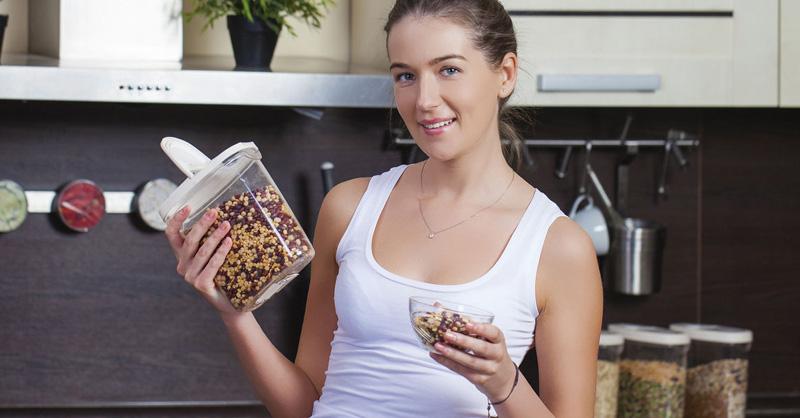 אישה מבשלת קטניות